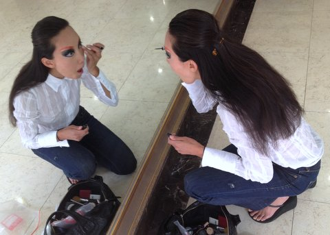 Behind the Scenes: Jane deftly perfects the look with liquid liner. Photo credit: John Patterson